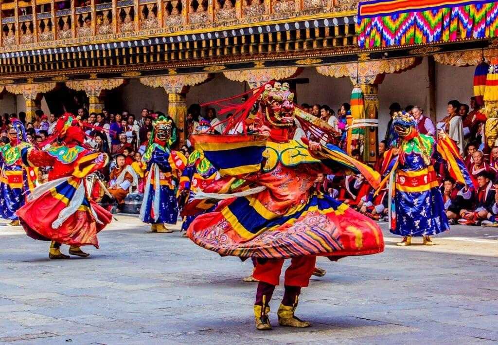 Bhutanische Maskentänzer beim tanzen