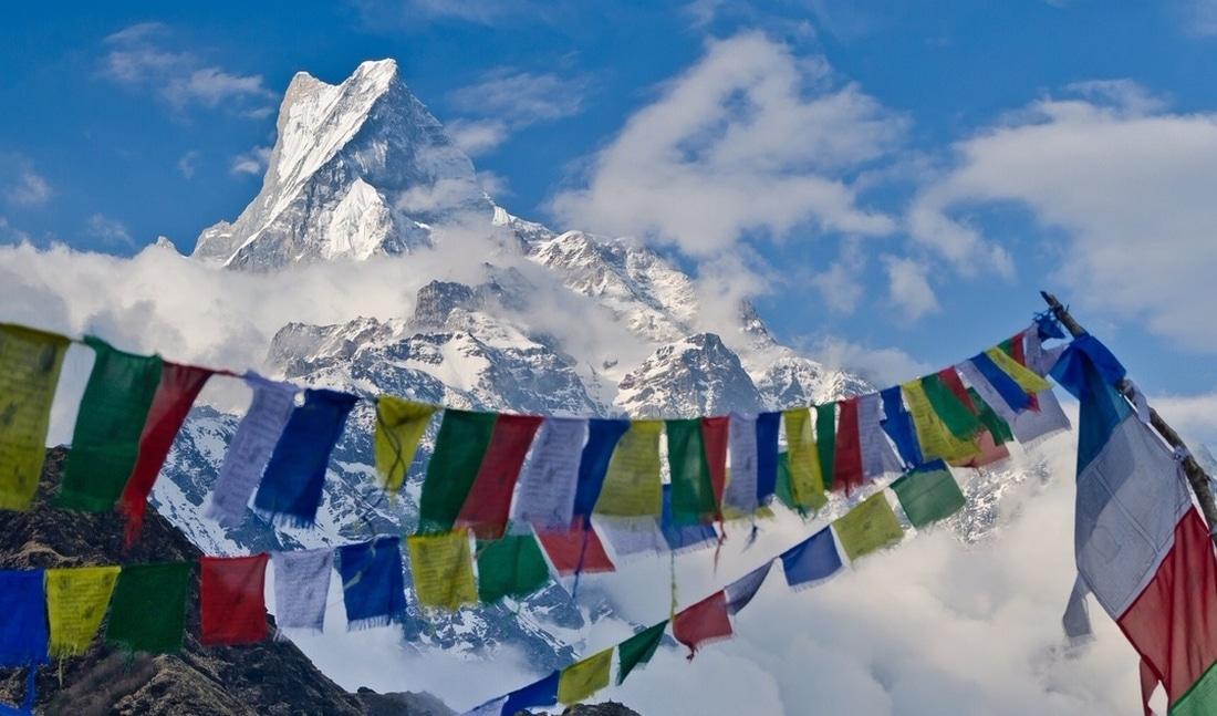 Mt. Machapuchare mit Gebetsfahnen zu sehen in der Annapurna Region in Nepal