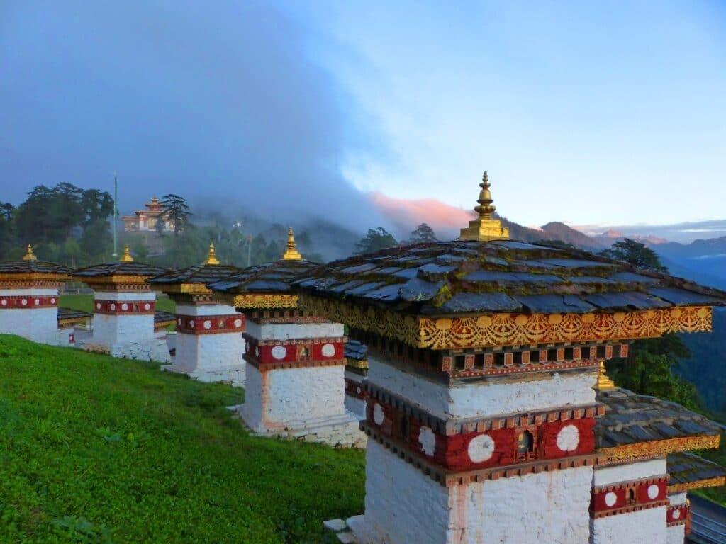 mehrere Stupas am Dochula Pass in Bhutan zu sehen