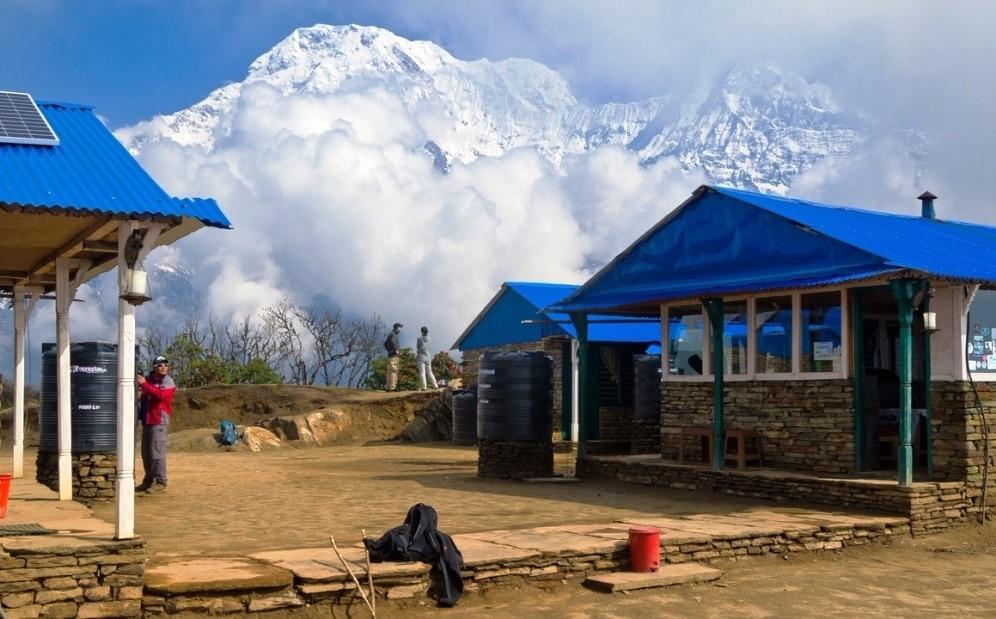 Übernachtungsteehäuser mit Blick auf die Berge während der Trekkingtour in Nepal