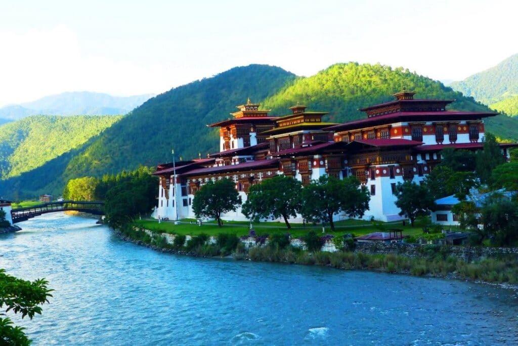 Punakha Dzong am Fluss in Bhutan mit Fluss an der Vorderseite und Hügeln Rückseite