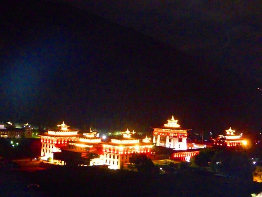 Rot-Weiß beleuchteter Paro Dzong am Nacht