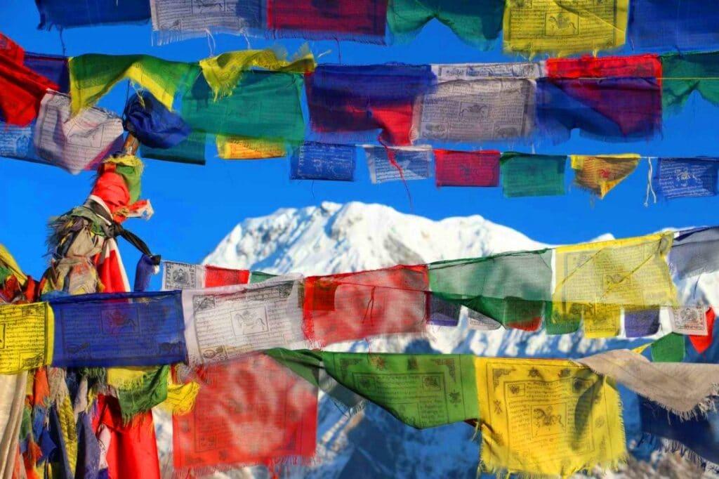 Dhaulagiri Berg versteckt hinter Gebetsfahnen in Nepal