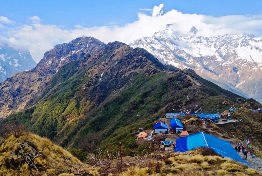 Die Hütten mit Mt. Macchapuchare während der Trekkingtour in Nepal