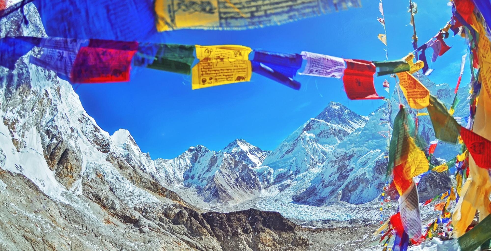 Nepal Gebirge - Everest Region mit Gebetsfahnen