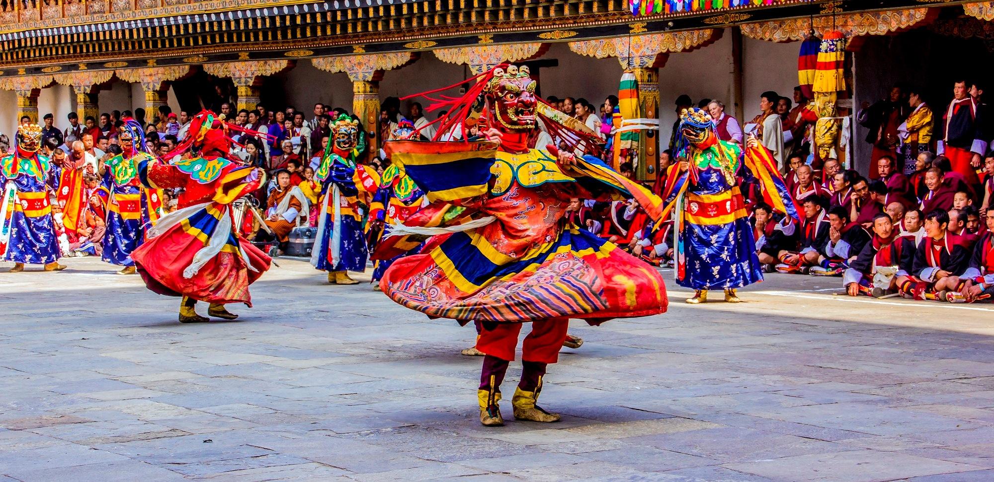 Maskierte Täntzer bei einem Festival in Bhutan