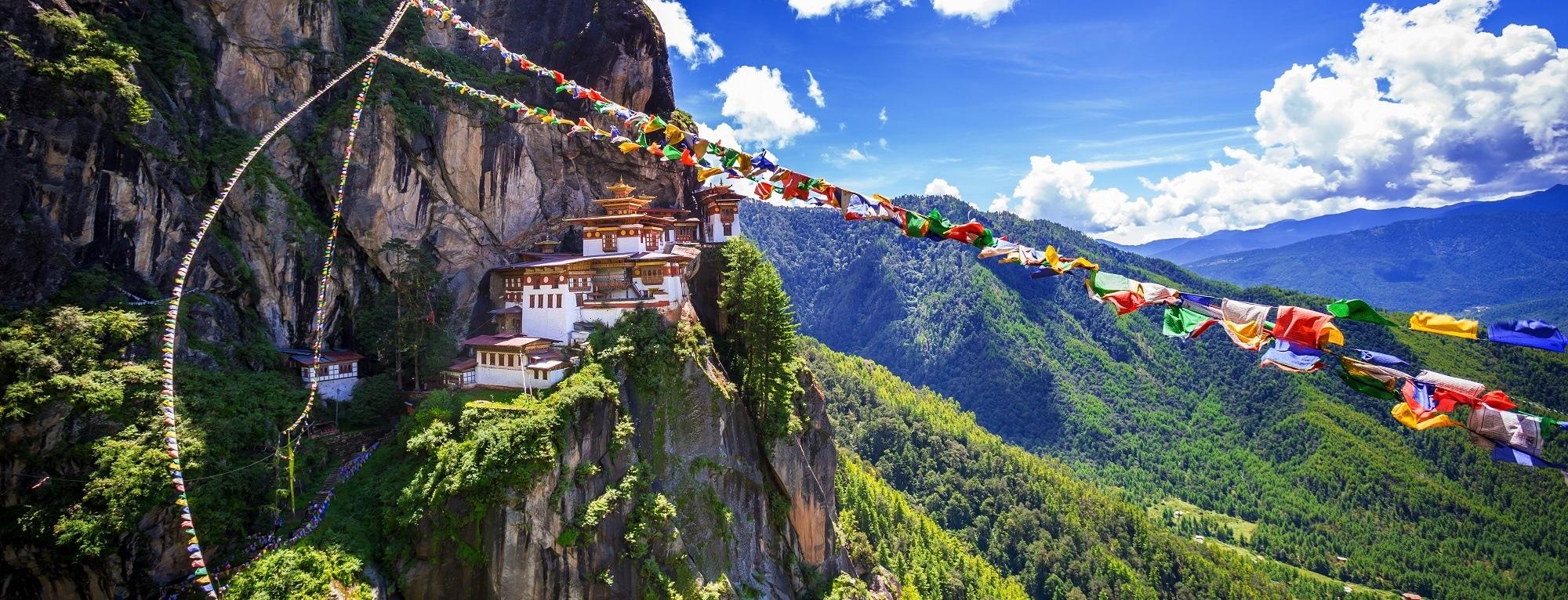 Taktsang Kloster in Bhutan mit Gebetsfahnen
